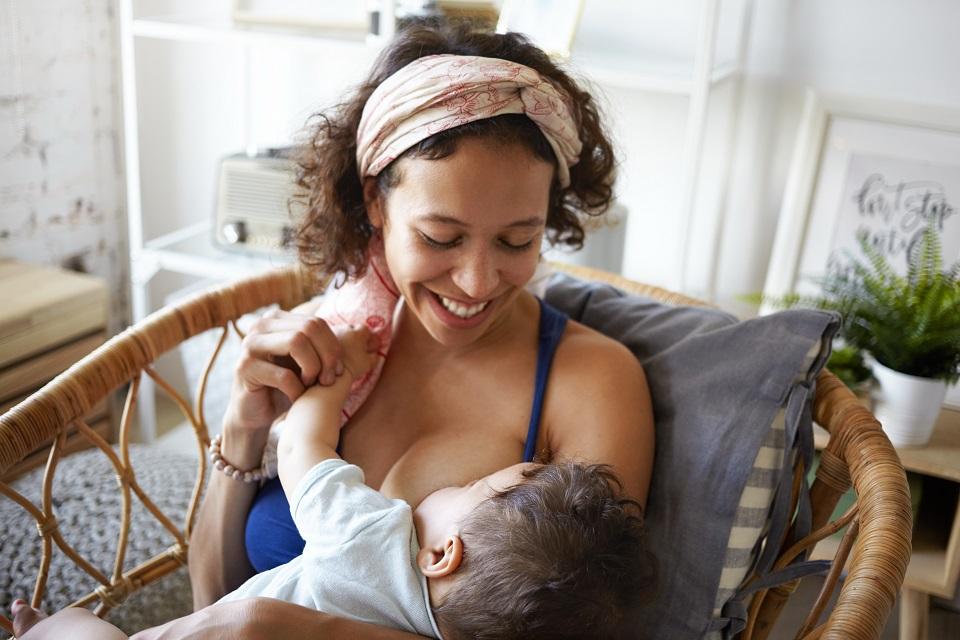 Amamentação é uma das melhores formas de oferecer nutrientes essenciais à saúde do bebê