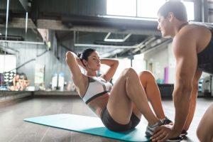 Exercícios para fazer em dupla: abdominais