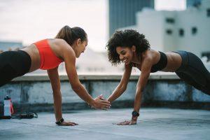 Exercícios para fazer em dupla: prancha