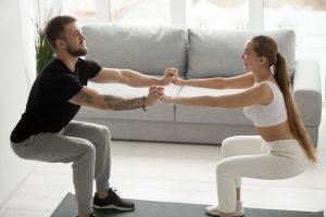 Exercícios para fazer em dupla: agachamentos
